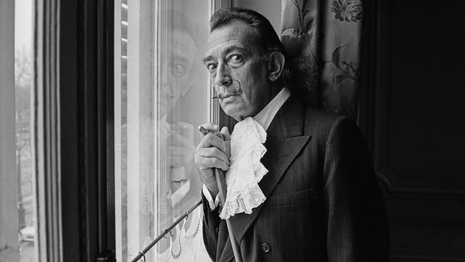 Le peintre surréaliste Salvador Dalí pose en décembre 1964.