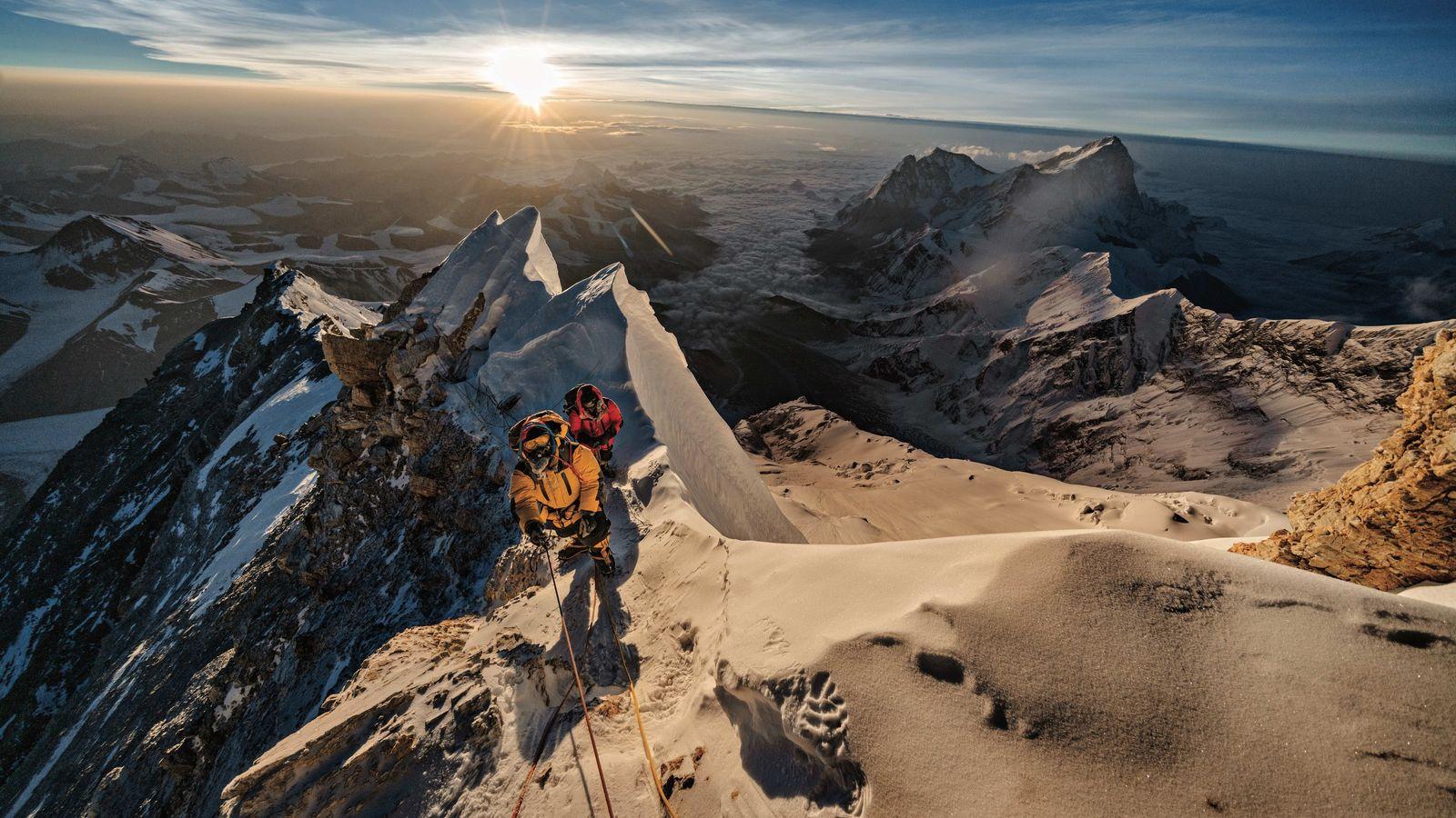 Pasang Kaji Sherpa (devant) et Lhakpa Tenje Sherpa atteignent 8750 m d'altitude sur l'Everest. La grande ...