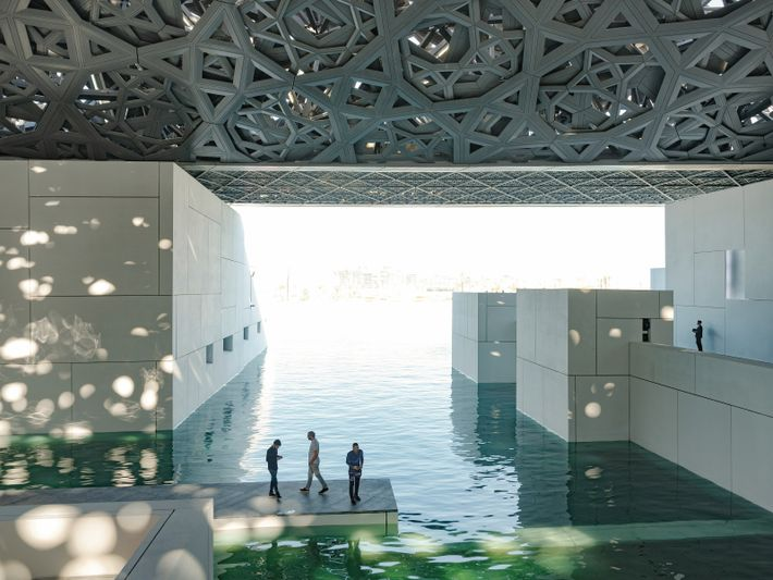 ABU DHABI, ÉMIRATS ARABES UNIS. Un dôme évoquant les moucharabiehs abrite le musée du Louvre Abu ...