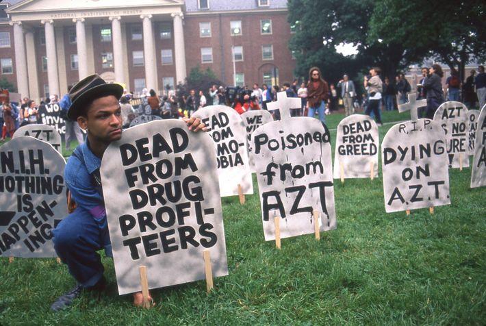 Près d'une décennie après la première apparition du VIH/SIDA, les traitements efficaces et accessibles étaient encore ...