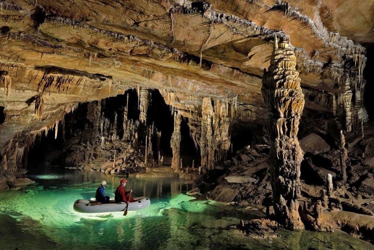 D'une longueur de 8273 mètres, Križna jama, ou « grotte de la Croix », est presque ...