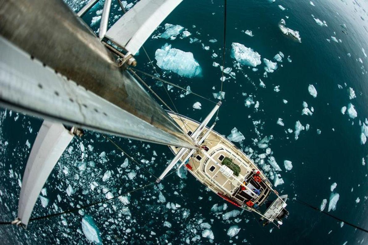À Svalbard, en Norvège, un voilier flotte au milieu de la glace.