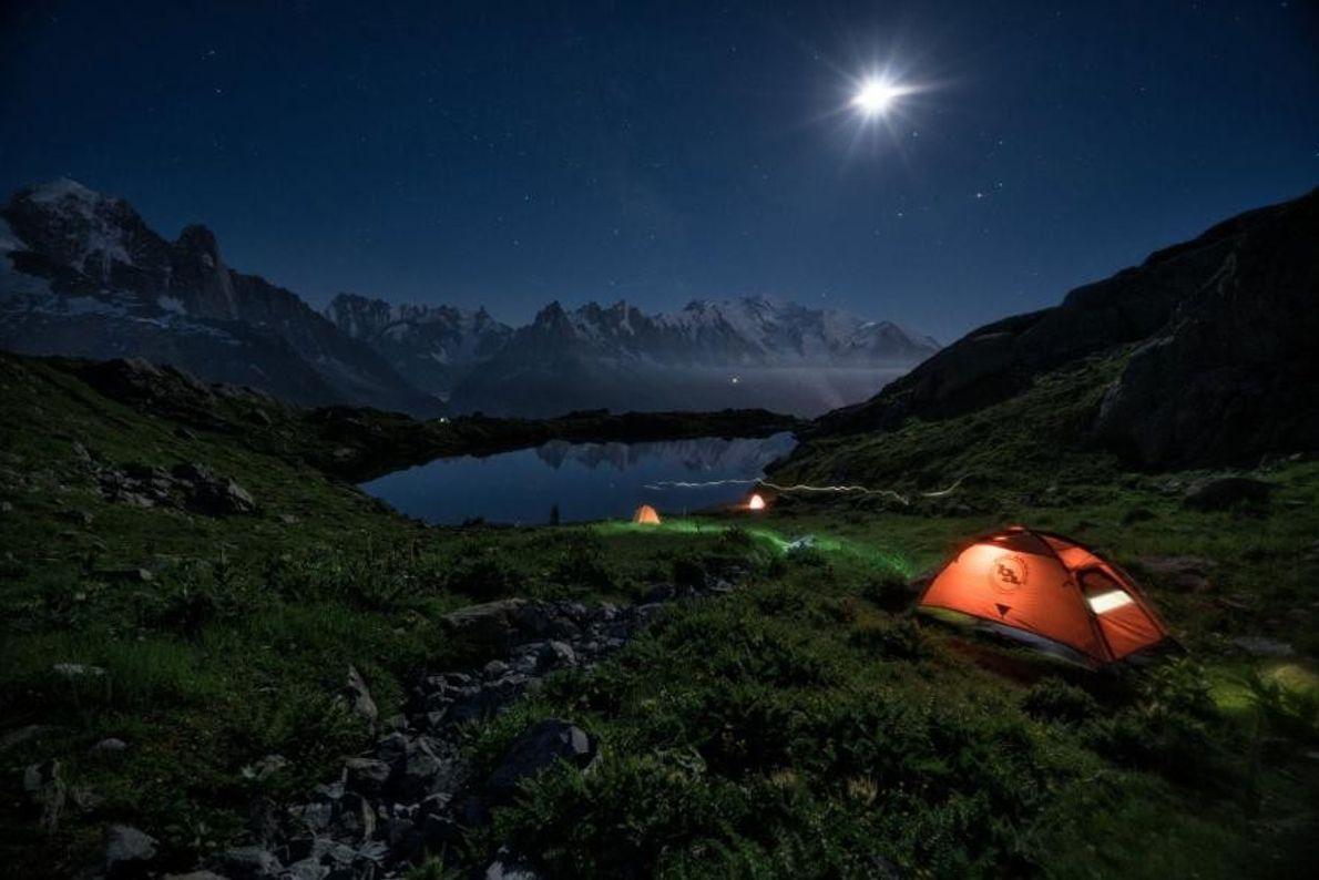 En Auvergne-Rhône-Alpes, des campeurs dorment à la belle étoile le long du sentier de grande randonnée ...