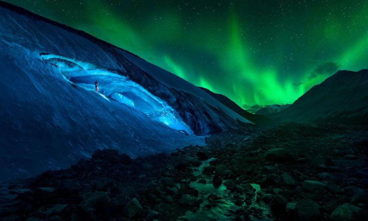 Dans le parc national Jasper, en Alberta, au Canada, un randonneur descend une pente glacée située ...