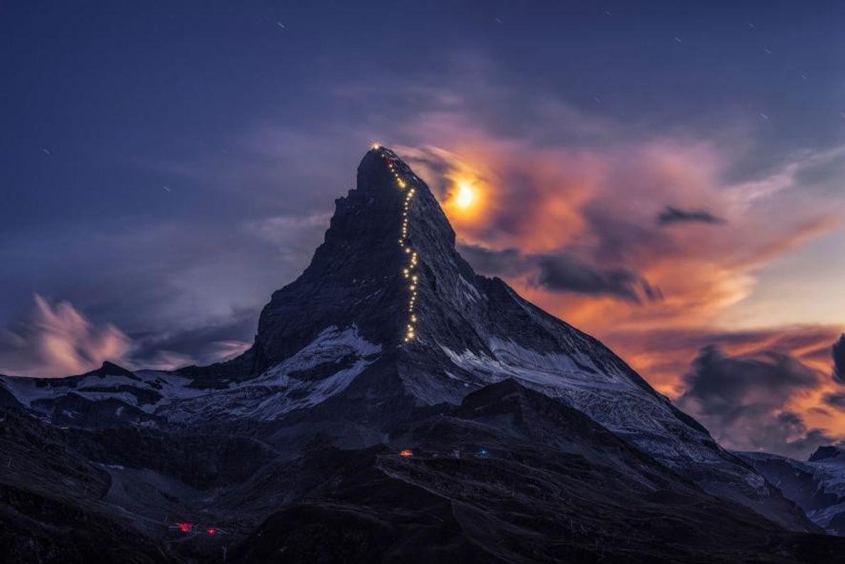 À l'occasion du 150e anniversaire de la première ascension jusqu'au sommet, le Cervin a été illuminé. ...