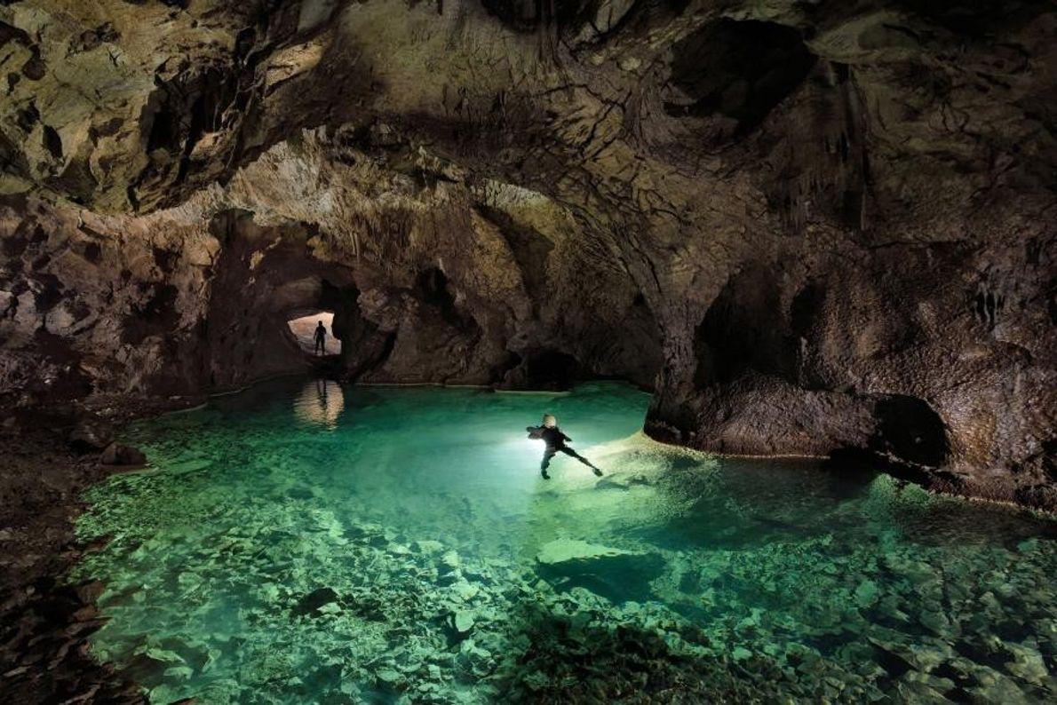 Alors que la grotte de Postojna est la plus touristique de Slovénie, le photographe Robbie Shone ...