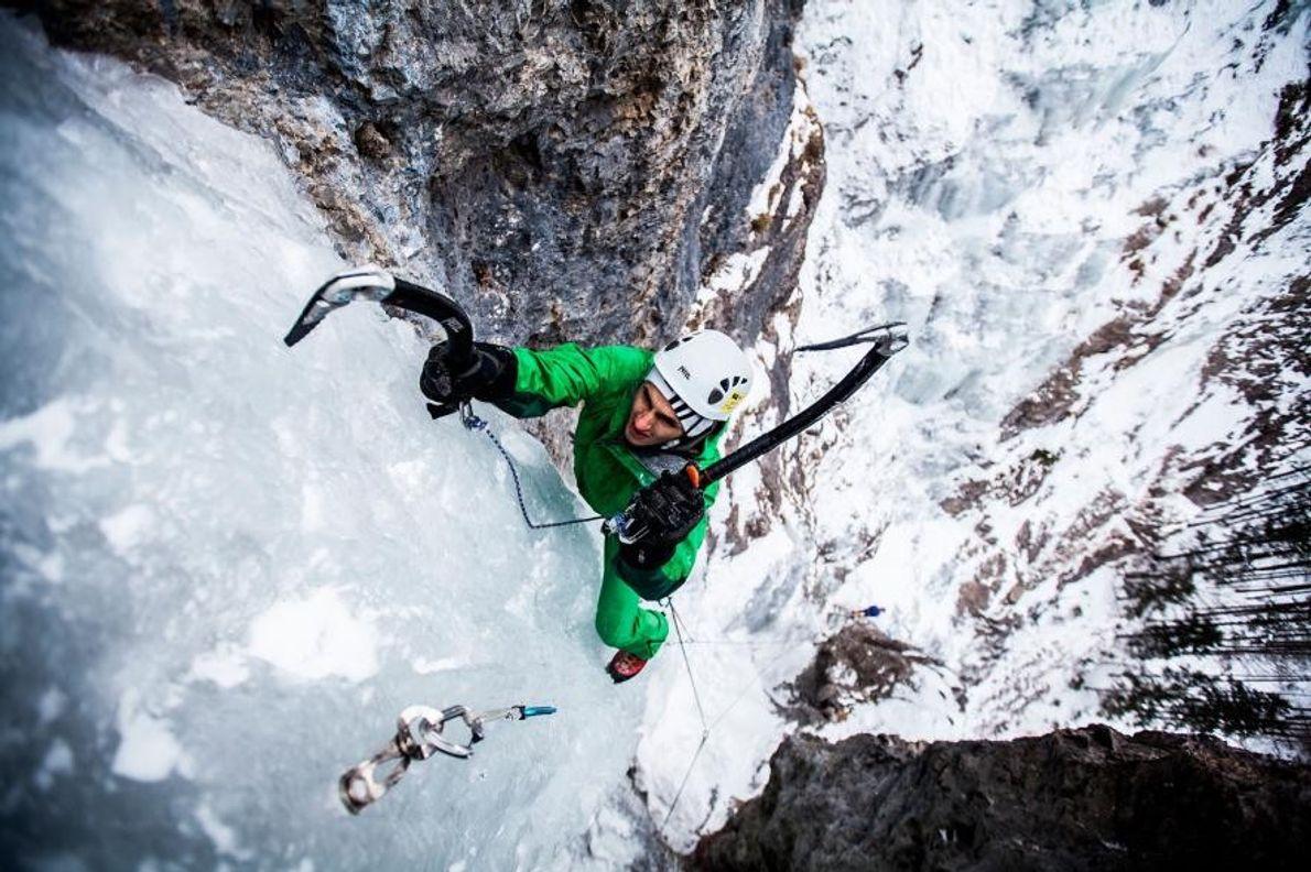 En Slovaquie, un alpiniste se hisse sur la glace des Hautes Tatras.
