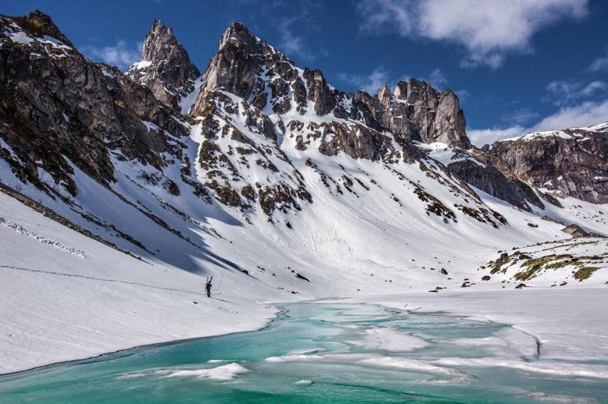 Un skieur traverse les montagnes sibériennes.