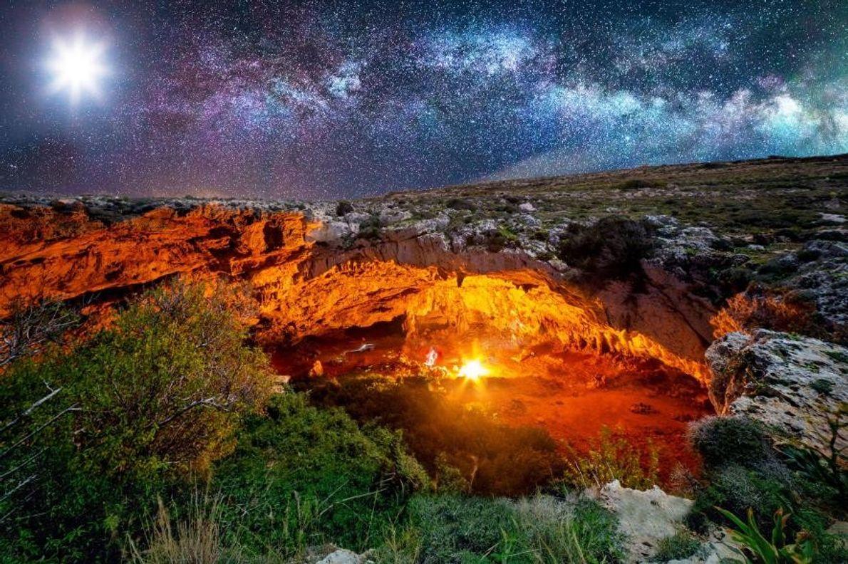Sur l'île de Malte, la lune ainsi qu'un feu de camp flamboyant montrent la voie aux ...