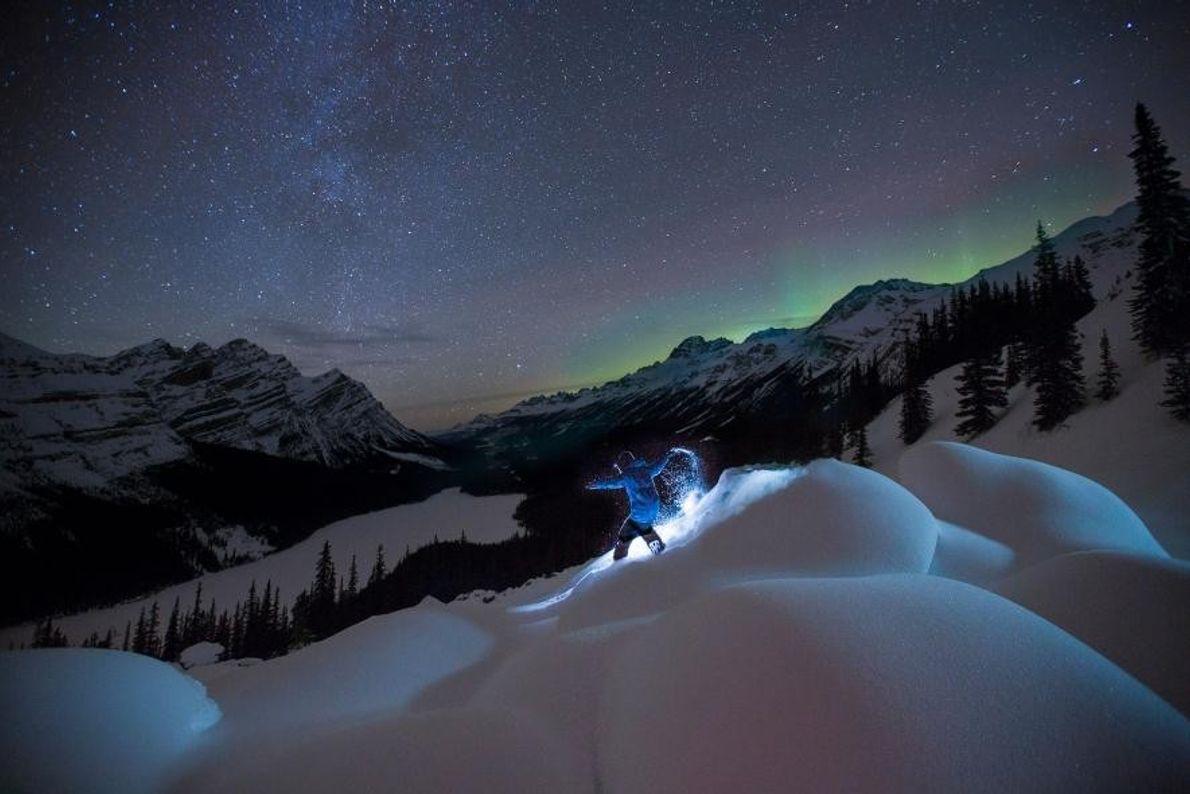 Dans le parc national de Banff, au Canada, un snowboardeur trace son chemin dans la neige, ...