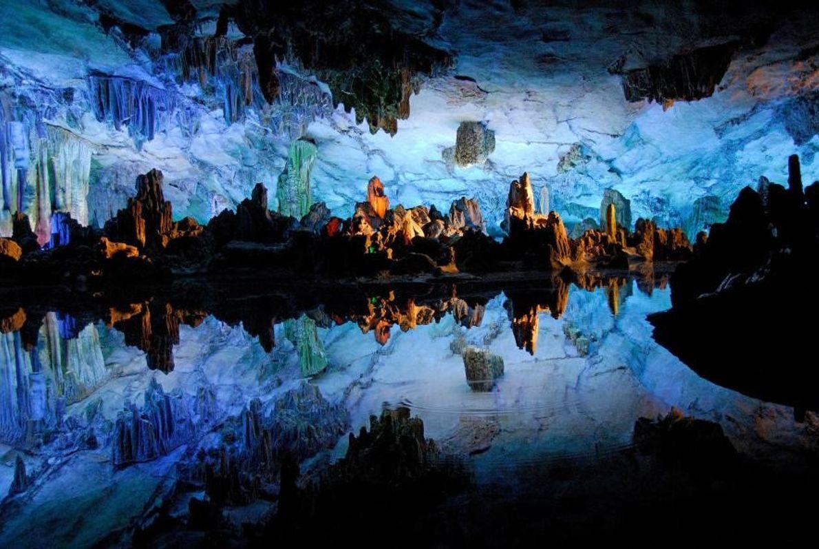 À Guilin, en Chine, les eaux scintillantes de la grotte Reed Flute reflètent ses formations rocheuses ...