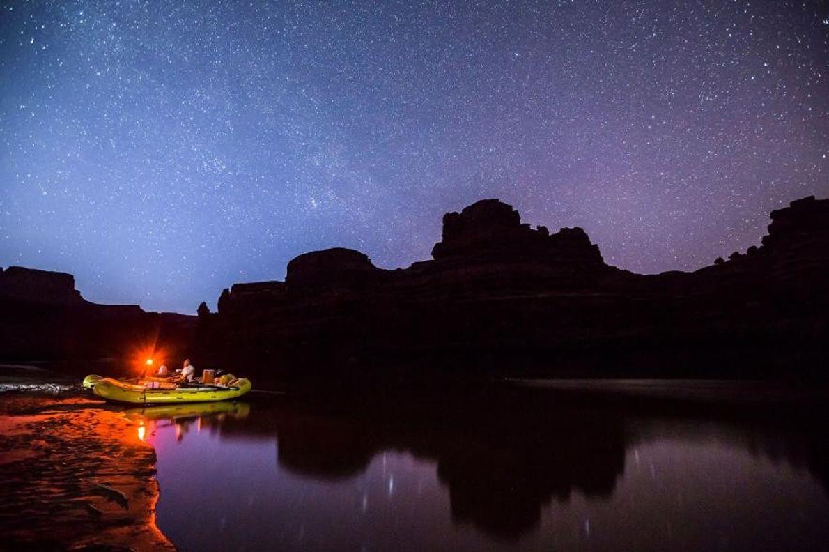 Des rafteurs font une halte le long du fleuve Colorado afin de contempler le ciel étoilé ...