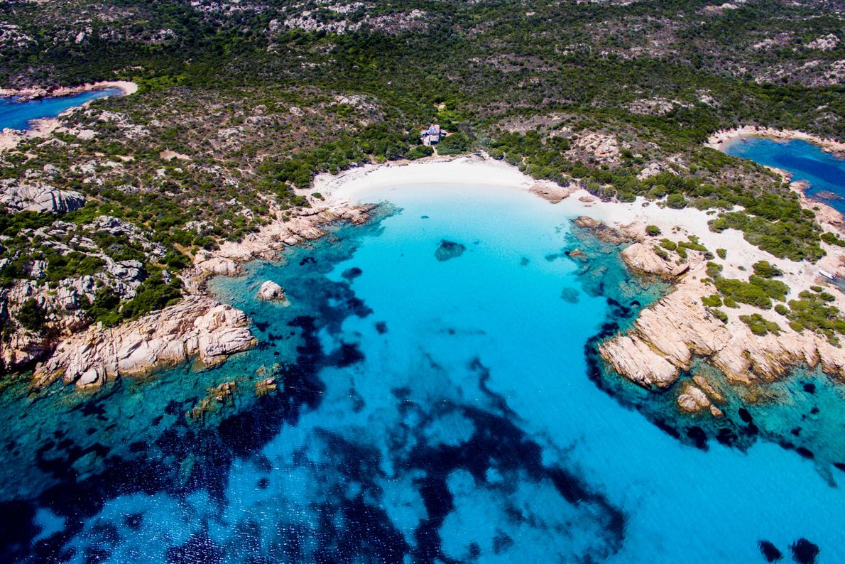 La Spiaggia Rosa, ou Plage rose, tire sa couleur de fragments de coraux et de coquillages ...