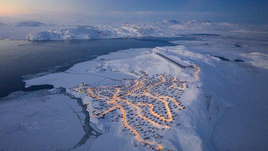 Chu a grimpé jusqu'à l'aéroport pour obtenir ces clichés panoramiques d'Upernavik.  Il a remarqué que ...