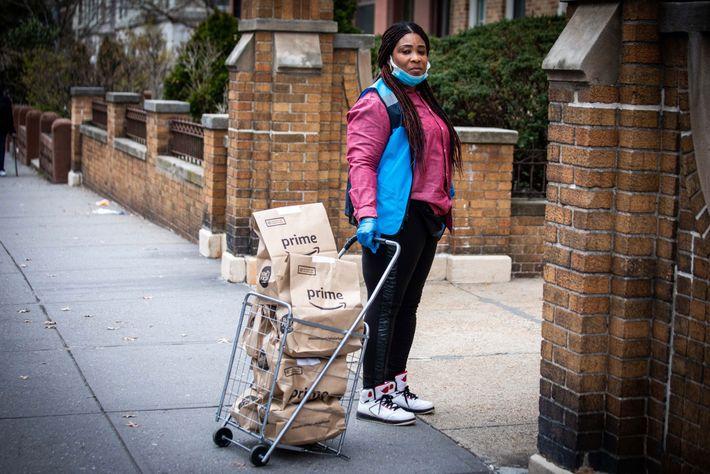 Une employée d'Amazon livre des commandes dans le quartier Clinton Hill de Brooklyn à New York. ...