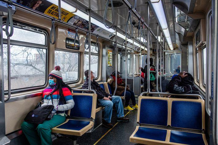 Des affiches promouvant la distanciation sociale sont placardées dans les métros et les stations de Chicago, ...
