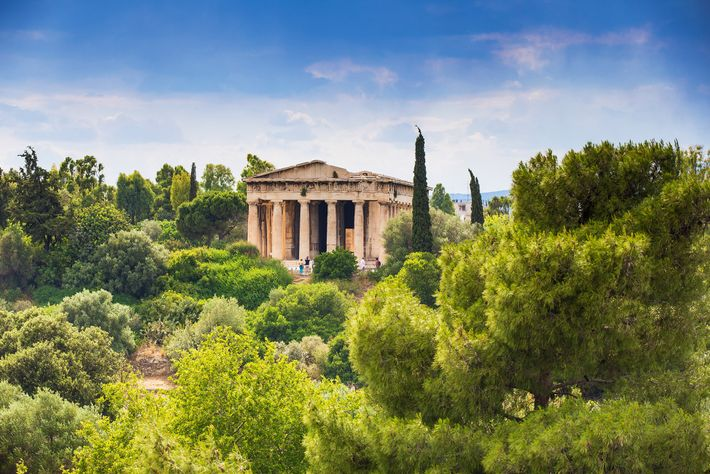 Le temple d'Héphaïstos et Athéna Ergané, également connu sous le nom d'Héphaïstéion, est entouré d'un paysage ...