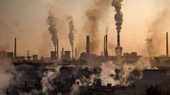De la fumée s'échappe d'une aciérie en Chine. L'Organisation mondiale de la santé estime que neuf personnes ...