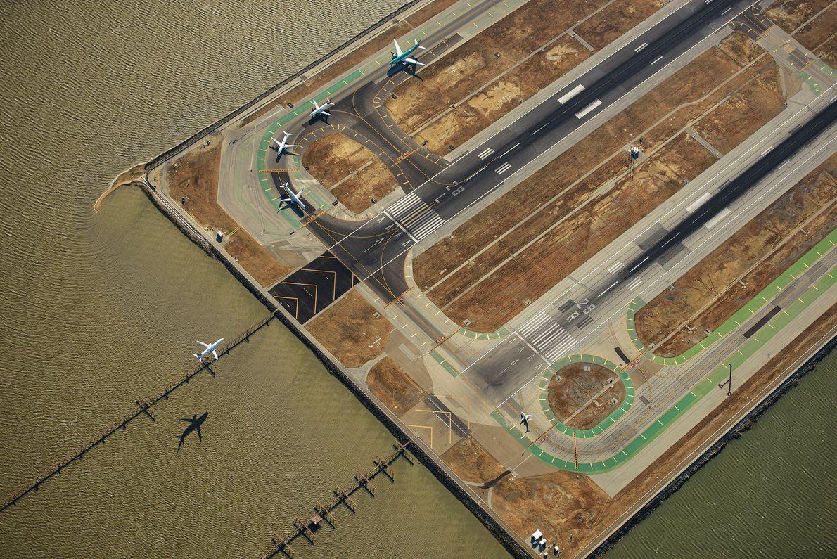 Des avions à l'Aéroport international de San Fransciso. L'aéroport possède quatre pistes et cette photographie offre ...