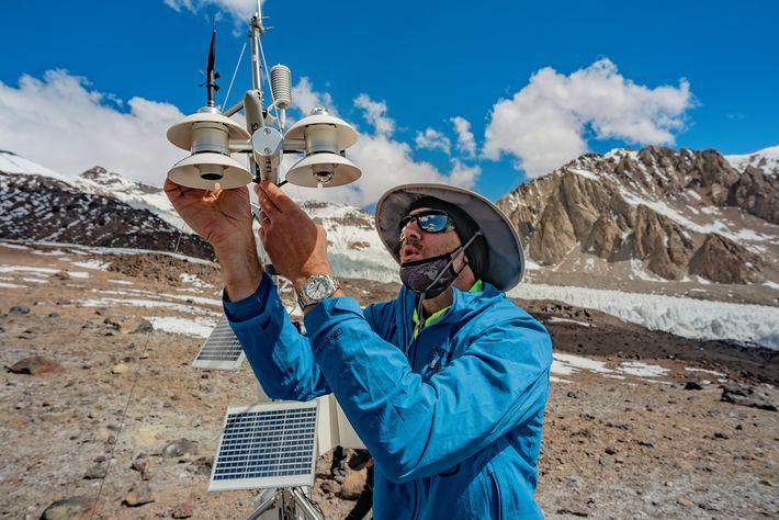 Baker Perry, alpiniste et climatologue, règle une station météo déjà en place à 4450 m sur le ...
