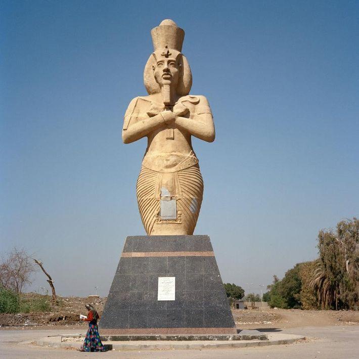 L'ancien pharaon continue d'être le sujet de nombreuses œuvres monumentales, à l'instar de cette statue à ...