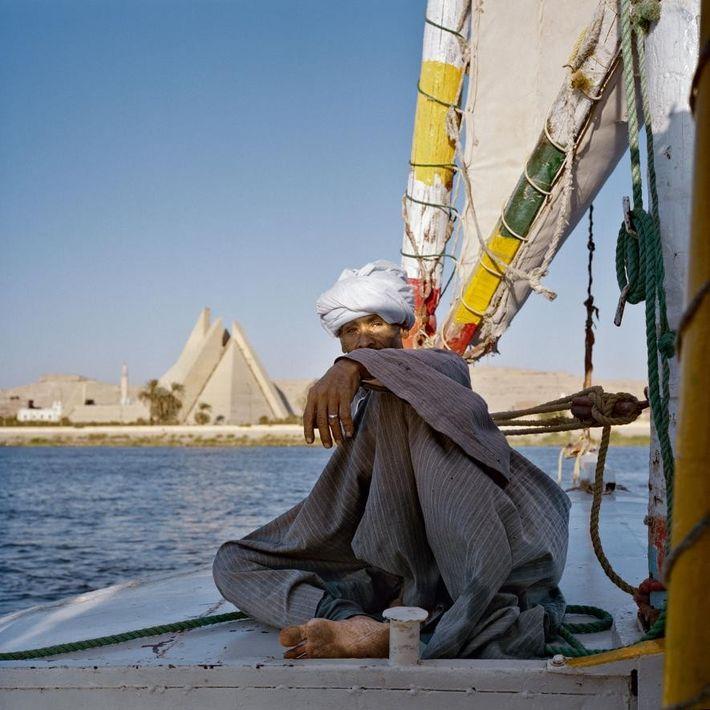 Mamdouh Abu Kelwa navigue devant le musée Aten, resté inachevé à Minya. Akhenaton n'avait besoin que ...