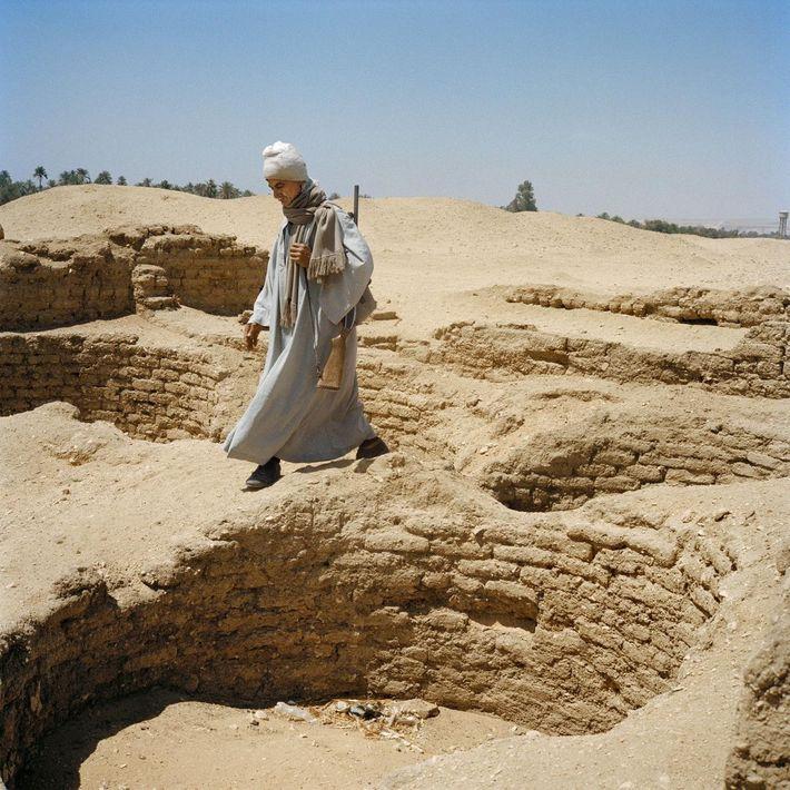 Un garde patrouille près de l'ancienne réserve à grains d'Amarna. Les vestiges de la ville antique ...