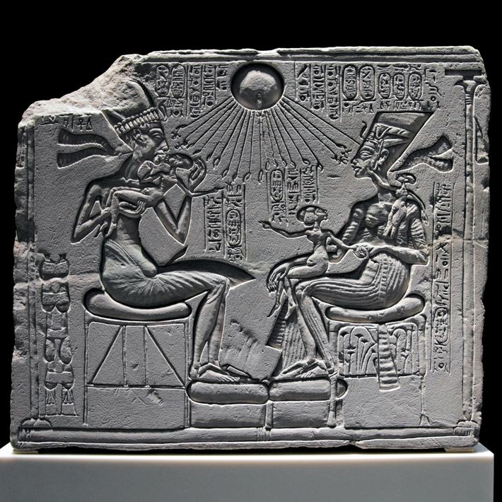 Une stèle de calcaire au musée Neues présente Akhenaton et Néfertiti avec trois de leurs filles ...