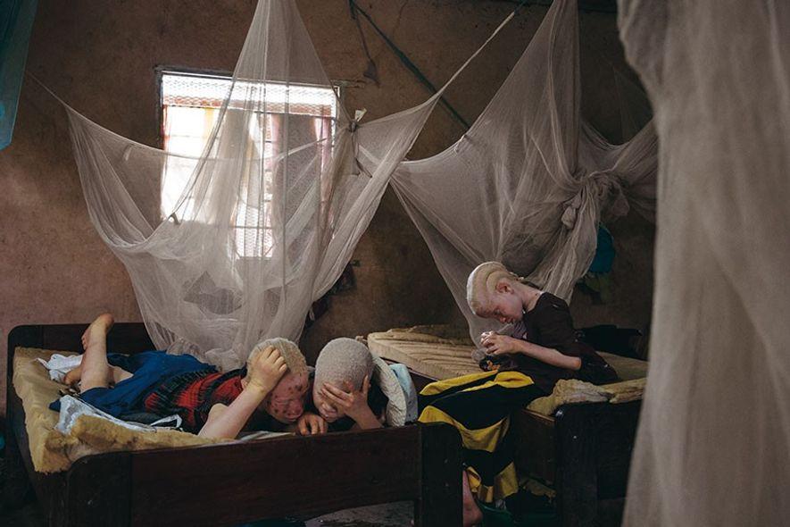 Au centre de Kabanga, Melas Luge, 10 ans, Zawia, 11 ans, et Shamima Kassimu –toutes sœurs– ...