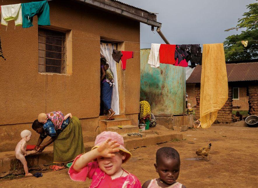 Au centre de Kabanga, en Tanzanie, Yonge Kifunga protège ses yeux sensibles. Après une série de ...