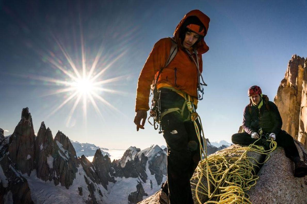 Tommy Caldwell (à droite) installe un rappel pour atteindre Aguja Saint Exupery, l'un des sept sommets ...