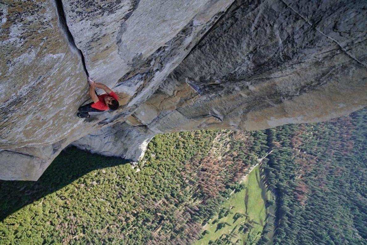 Photographié ici à plus de 600mètres d'altitude lors de son ascension historique en solo intégral de ...