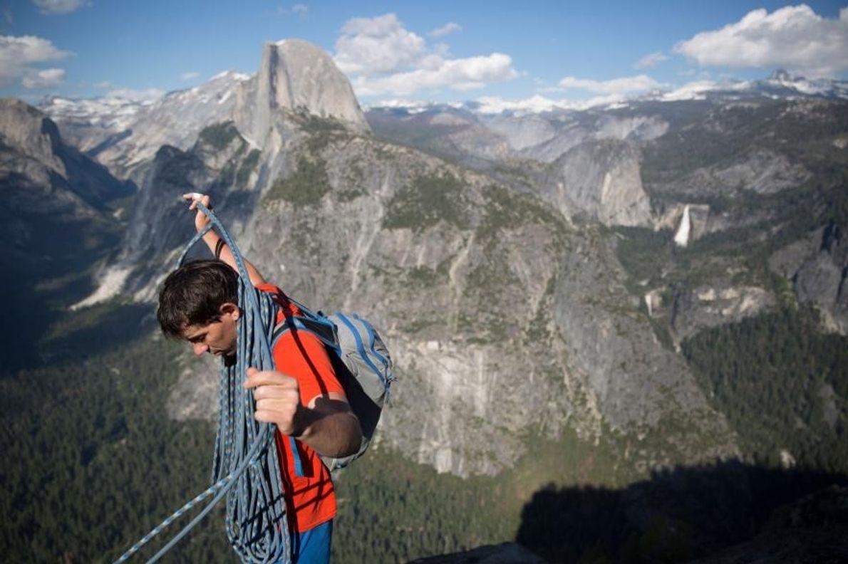 Alex Honnold enroule sa corde d'escalade alors qu'il vient de finir de grimper le Galatic Hitchhiker, ...