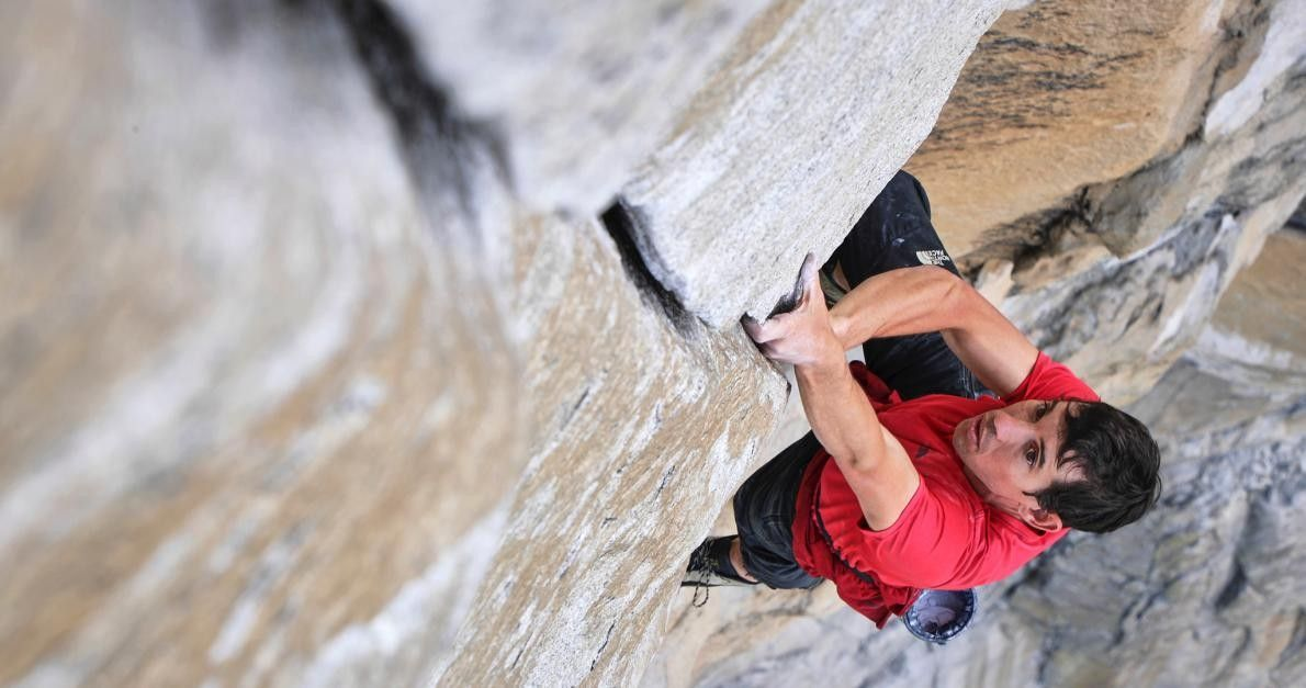 Sur cette photo, Alex Honnold est en pleine ascension d'El Capitan, sans corde ni équipement de ...