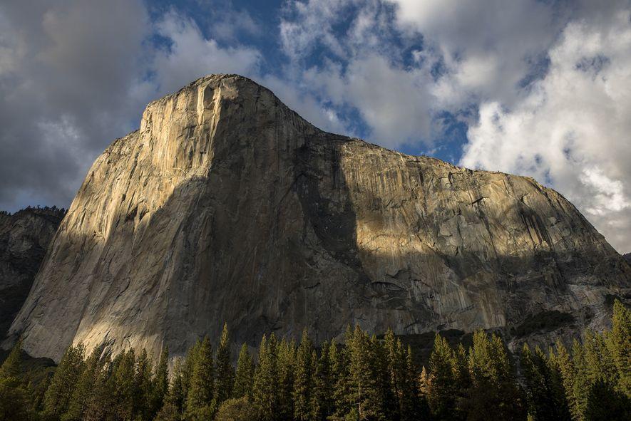 Le ciel s'assombrit au-dessus d'El Capitan, dans le parc national de Yosemite.