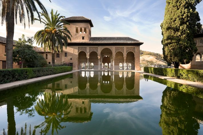 Acropole médiévale la plus majestueuse du monde méditerranéen, l'Alhambra est composée de quatre parties incluses dans son ...