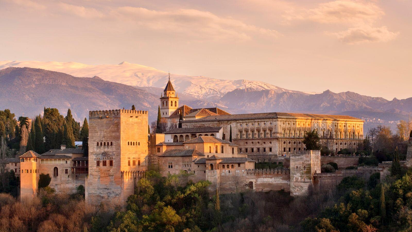 Ensemble palatial constituant l'un des monuments majeurs de l'architecture islamique, l'Alhambra surplombe la ville de Grenade, ...