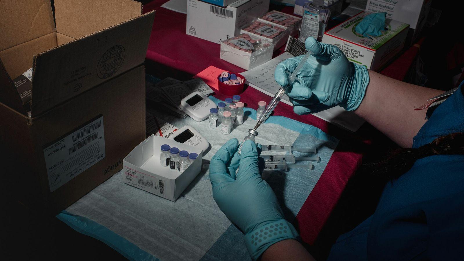 Une infirmière prépare des doses du vaccin Pfizer-BioNTech en vue de leur administration. Une nouvelle étude ...