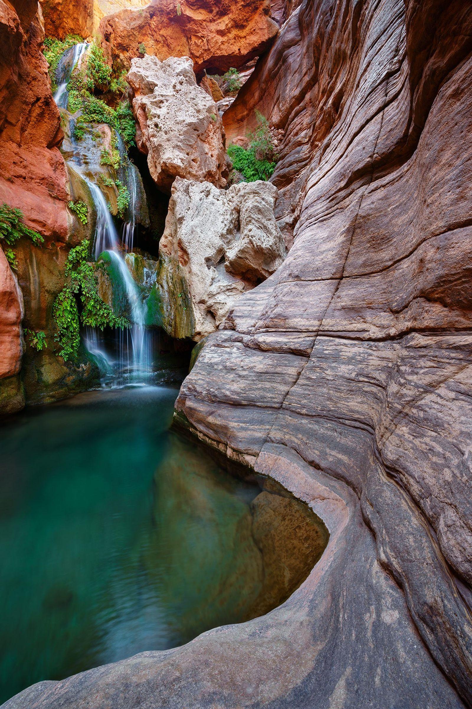 La courbe des parois d'Elves Chasm dirigent l'œil du spectateur vers la cascade qui se déverse ...