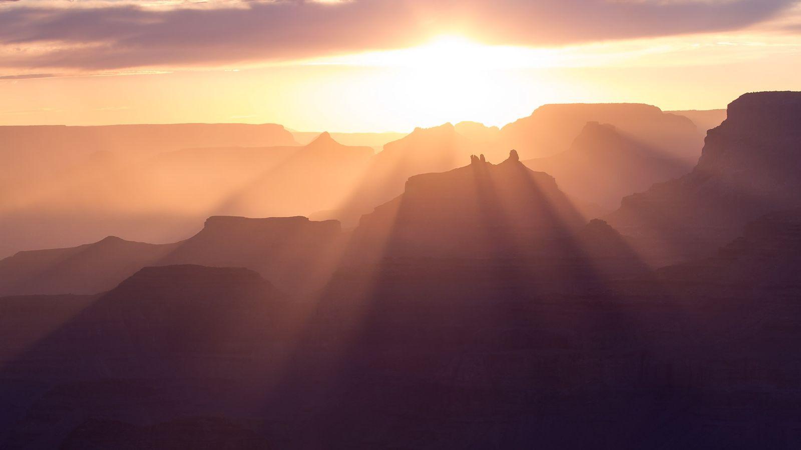 Les rayons du soleil et les ombres allongées détourent les temples et les buttes, dont Angels ...