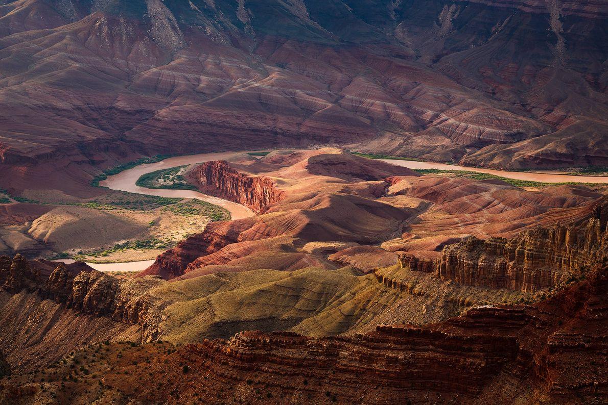 Vu depuis Lipan Point sur la rive sud, le fleuve Colorado serpente pour contourner Unkar Delta ...