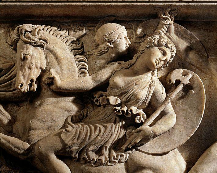 Illustration d'un duel entre une Amazone et un guerrier grec sculptée sur un sarcophage romain datant ...