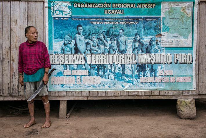 Shuri pose devant un panneau signalant le poste de contrôle de la réserve indigène de Mashco Piro ...