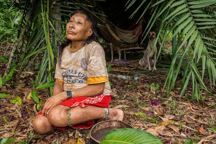 Maria, la belle-mère de Shuri, est assise avec ses deux chiens sous l'abri qu'elle s'est construit ...