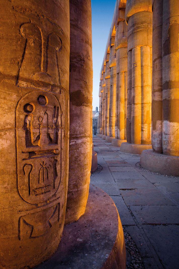Le grand temple de Louxor d'Amenhotep III reste l'un des temples les mieux conservés et les ...