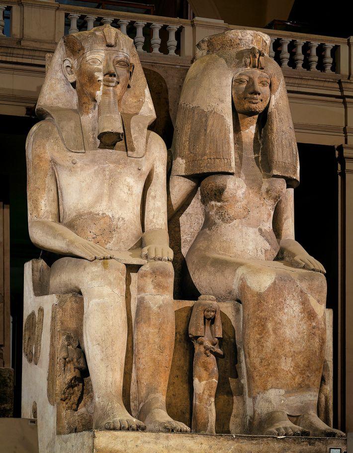 Les statues d'Amemnhotep III et de son épouse Tiyi étaient souvent de la même taille, caractéristique révélatrice ...