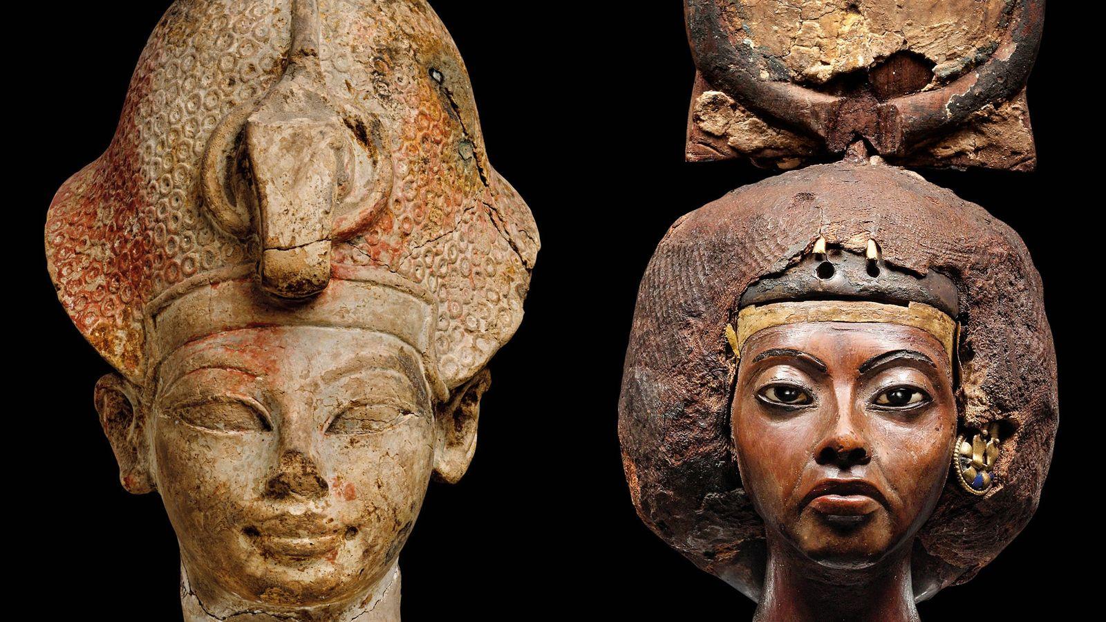 Portrait du jeune Amenhotep III, à gauche, portant un khépresh. Musée égyptien du Caire. Le portrait de Tiyi, ...