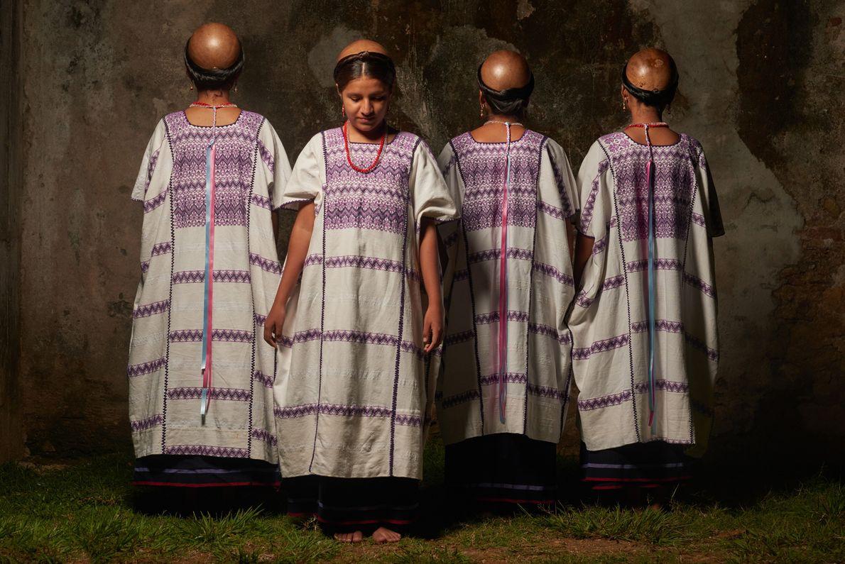 Des femmes amuzgos portent des robes traditionnelles « huipil » ainsi que des gourdes sur leur ...