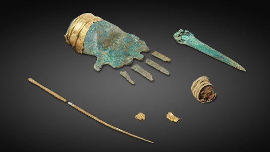 La main en bronze est ornée d'une manchette en or. Elle a été retrouvée dans la ...