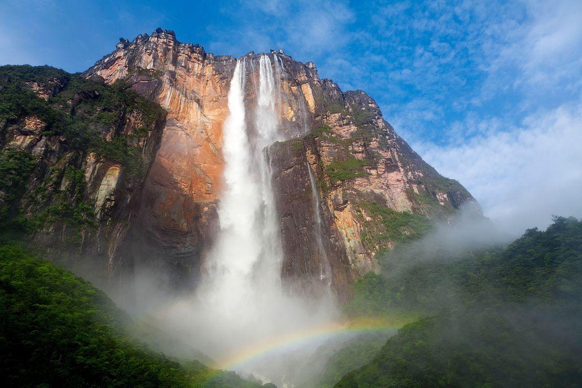 Dans une région reculée du Venezuela, le Rio Kerep transperce les nuages de l'Auyan Tepuy pour ...